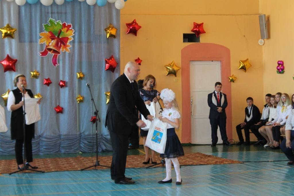 Глава района вручает подарки первоклассникам